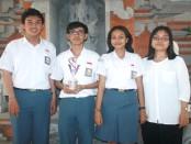 Tim SMANSA Denpasar  bersama guru pembina yang berlaga di ajang Lomba Veterinary Olimpiad 2016 yang diadakan oleh Fakultas Kedokteran Hewan Universitas Airlangga Surabaya - foto: Wahyu Siswadi/Koranjuri.com