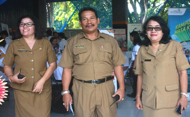 Kepala SMA Negeri 7 Denpasar, Cokorda Istri Mirah Kusuma Widiawati (kanan) - foto: Wahyu Siswadi/Koranjuri.com
