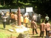 Memperingati hari Pahlawan, veteran di dampingi camat beserta jajaranya  tabur bunga di makam pahlawan Jatisrono, Wonogiri, Kamis 10 November 2016 - foto: Koranjuri.com