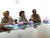 Kepala Diskoperindagpar Kabupaten Purworejo, Sri Suhartini (tengah), saat jumpa pers tentang kegiatan Gebyar Bela Beli, Senin (21/11), di ruang rapat Asisten 2 Setda Purworejo – foto: Sujono/Koranjuri.com