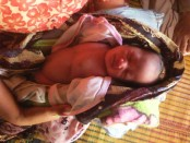 Teguh, bayi malang anak pasangan Rambat dan Ny. Mudrikah yang lahir tanpa kaki dan tangan – foto: Sujono/Koranjuri.com
