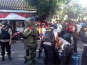 Tim Penjinak Bom Polda Bali melakukan upaya peledakan terhadap tas misterius bertuliskan 'Bom' di Ubud, Selasa, 20 Desember 2016 - foto: Istimewa