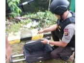 Tim Jihandak Brimob Polda Bali mengamankan koper misterius yang tergeletak di gerbang perumahan Dinas Pertamina Denpasar, Kamis, 15 Desember 2016 - foto: Istimewa