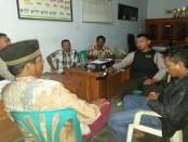Suasana balai desa Kalipurwo, saat S, oknum perangkat desa yang selingkuh disidang warganya - foto: Sujono/Koranjuri.com