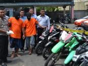 Kapolres Badung, AKBP Ruddi Setiawan menunjukkan barang bukti kendaraan roda dua hasil kejahatan pelaku - foto: Istimewa