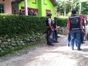 Sejumlah polisi masih berjaga-jaga di lokasi penangkapan terduga teroris di Desa Brenggong, Purworejo – foto: Sujono/Koranjuri.com