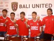 Manager Coach Bali United, Indra Sjafri memperkenalkan empat rekrutan baru yang akan memperkuat Serdadu Tridatu pada laga resmi 2017, Kamis, 5 Januari 2017 - foto: Wahyu Siswadi/Koranjuri.com