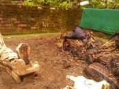 Kondisi makam keramat yang diobrak abrik peziarah - foto: Sujono/Koranjuri.com