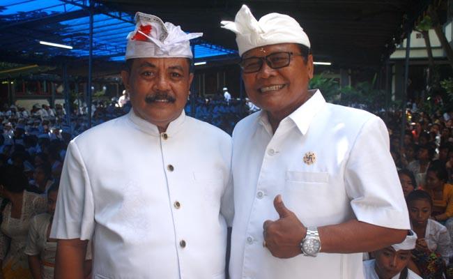 Kepala SMP PGRI 2 Denpasar, I Gede Wenten Aryasuda (kiri) dan Ketua YPLP PGRI Kota Denpasar, I Nengah Madiadnyana - foto: Koranjuri.com