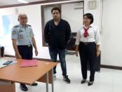Buronan Interpol asal India diamankan petugas Imigrasi Kelas I Khusus Ngurah Rai. Pria kelahiran New Delhi, India ini diguga terlibat sejumlah kasus pidana di India - foto: Istimewa