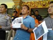 Ketiga pelaku pembobol ATM di toko swalayan yang merupakan warga negara Peru, akhirnya ditangkap setelah diburu hingga ke Sidoarjo dan Jakarta - foto: Suyanto