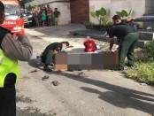 Salah satu korban pertikaian dua kelompok pemuda di kawasan Bulu Indah, Denpasar, mendapatkan pertolongan dari kepolisian, Minggu, 22 Januari 2017 - foto: Istimewa