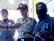 Mimpuno, pande besi pelaku persetubuhan terhadap anak, kini ditahan di Mapolsek Loano - foto: Sujono/Koranjuri.com