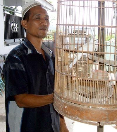 Yasir, seorang peternak perkutut putih dari Purworejo, Jawa Tengah - foto: Sujono/Koranjuri.com