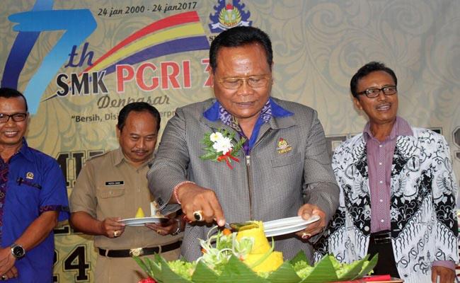 Pemotongan tumpeng pada puncak peringatan HUT SMK PGRI 3 Denpasar Ke-17