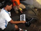 Tersangka Gudel saat memperagakan adegan di rekonstruksi, Rabu (11/1) – foto: Sujono/Koranjuri.com