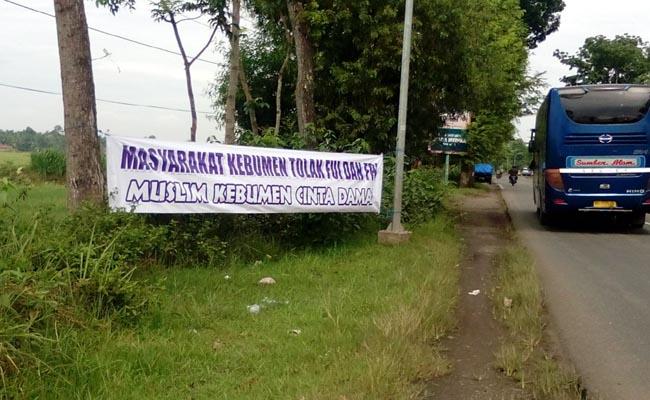 Spanduk penolakan ini dipasang di sejumlah ruas jalan utama di Kabupaten Kebumen, Senin, 23 Januari 2017 - foto: Sujono/Koranjuri.com