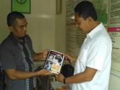 Kasatintelkam Polres Kebumen, AKP Cipto Rahayu, SH, saat menunjukkan buku Jokowi Undercover – foto: Sujono/Koranjuri.com