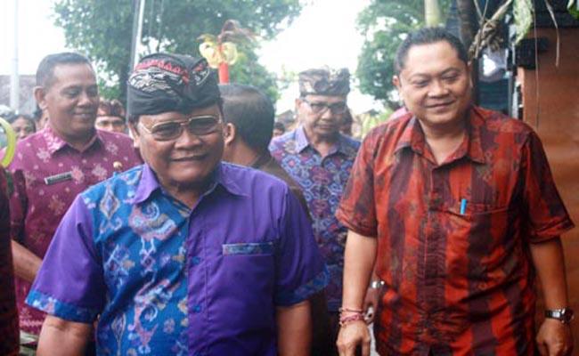 Walikota Denpasar, Ida Bagus Rai Darmawijaya Mantra (kanan) bersama Kepala SMK PGRI 3 Denpasar, I Nengah Madiadnyana usai meninjau stan kuliner, Jumat, 20 Januari 2017 - foto: Koranjuri.com