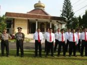 Dua anggota yang naik pangkat dan 12 anggota Satreskrim Polres Kebumen yang mendapat penghargaan atas prestasi ungkap kasus pembunuhan - foto: Sujono/Koranjuri.com