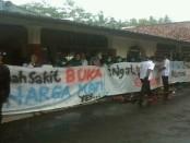 Aksi unjuk rasa yang dilakukan para karyawan RS PKU Muhammadiyah Purworejo, Selasa (21/2). Mereka menginginkan, sengketa RS bisa diselesaikan - foto: Sujono/Koranjuri.com