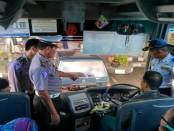 Tim supervisi dari Subdit Dikyasa Polda Jateng, saat melakukan pengecekan armada di terminal Kebumen, Kamis (23/2) - foto: Sujono/Koranjuri.com