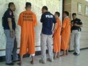 Tiga orang tersangka pembobol mesin ATM di Bali berhasil diamankan kepolisian Polresta Denpasar - foto: Suyanto