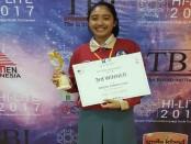 AA Ayu Arini Utari Santosa, siswi SMA Negeri 1 Denpasar memegang piagam usai menjuarai HI Language Inside Tournament (LITE) di peringkat ketiga menyisihkan 67 peserta dari seluruh Indonesia - foto: Koranjuri.com