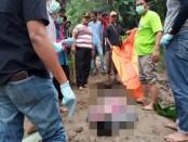 Jenasah saat dievakuasi dari sungai - foto: Sujono/Koranjuri.com
