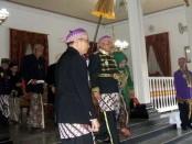 Bupati Agus Bastian, saat memerankan Cokronegoro, dalam peringatan jumenengan RAA Cokronegoro I, di pendopo kabupaten Purworejo, Senin (27/2) sore - foto: Sujono/Koranjuri.com