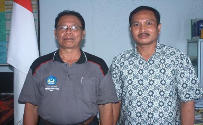Kepala SMP Negeri 2 Kuta Utara, Drs. AA. Putu Oka Sujana (kiri) bersama Wakasek Kurikulum, I Ketut Arka Yasa - foto: Koranjuri.com