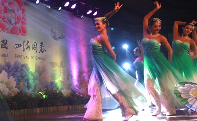 Mereka adalah para seniman serba bisa. Selain menari, para artis negeri Tirai bambu ini juga piawai memainkan alat musik - foto: Wahyu Siswadi/Koranjuri.com