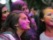 Kemeriahan festival Holy dirayakan oleh sejumlah masyarakat India yang berada di Bali. Festival ini dilaksanakan di Lapangan Puputan Badung, Denpasar, Bali, Sabtu, 18 Maret 2017 - foto: Istimewa