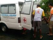 Jenasah ES, narapidana yang meninggal, saat dibawa ambulans - foto: Sujono/Koranjuri.com