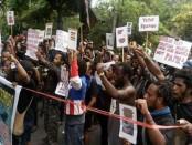 Sejumlah mahasiswa asal Papua menggelar aksi damai menolak keberadaan tambang PT Freeport di Papua. mereka menggelar aksi di depan kantor Konsulat Jenderal Amerika Serikat di Renon, Senin, 20 Maret 2017 - foto: Istimewa