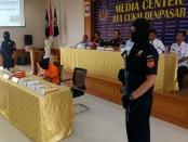 Petugas Kantor Pengawasan dan Pelayanan Bea dan Cukai Ngurah Rai menangkap warga negara asing yang hendak menyelundupkan narkoba ke Bali melalui jasa paket kiriman, Rabu, 8 Maret 2017 - foto: Suyanto