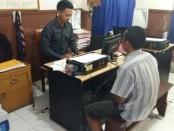 Pelaku penusukan pecalang di Denpasar diperiksa di Polsek Denpasar Barat - foto: Istimewa
