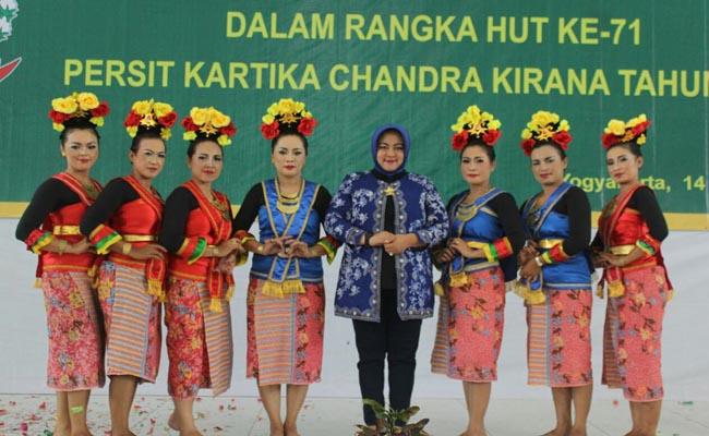 Penampilan Persit Kodim Purworejo, saat mengikuti lomba paduan suara dan tari di Balai Pamungkas, Yogyakarta - foto: Sujono/Koranjuri.com