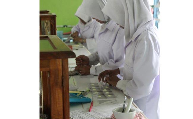 Siswa jurusan Farmasi sedang praktek di laboratorium/Sujono