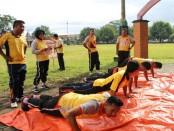 Para personel Polres Kebumen tengah menjalani Test Kesamaptaan Jasmani - foto: Sujono/Koranjuri.com