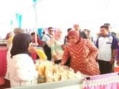 Wakil Bupati Purworejo Yuli Hastuti saat mengunjungi stand peserta expo - foto: Sujono/Koranjuri.com