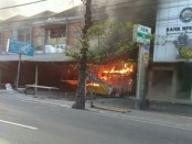 Kebakaran yang terjadi di Komplek Ruko Pesanggaran, di Jalan Raya Sesetan, Denpasar, Minggu, 23 April 2017 - foto: Istimewa