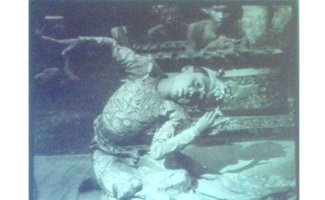 I Sampih Dancing Kebyar (Igel Jongkok) With Gong Peliatan, Photo By Colin McPhee Circa 1932-1935 and Published With Permission From UCLA Ethnomusicology Archive and Collin McPhee Estate - foto: Arsip Bali 1928
