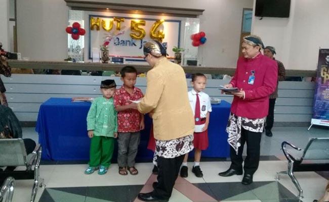 Pemberian bantuan bea siswa pada siswa kurang mampu, sebagai bentuk kepedulian Bank Jateng terhadap sesama - foto: Sujono/Koranjuri.com