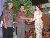 Kepala SMK Negeri 2 Denpasar Drs. I Wayan Sarjana memberikan lencana kepada siswa kelas XII padaacara  Pelepasan siswa - foto: Wahyu Siswadi/Koranjuri.com