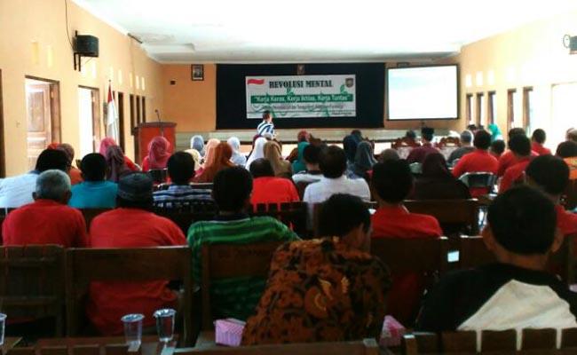 Pencerahan tentang revolusi mental yang diikuti para karyawan dan staf di lingkungan Disperinaker Kabupaten Purworejo, Jum'at (7/4) – foto: Sujono/Koranjuri.com