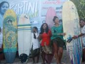 Peselancar wanita di pantai Kuta memeriahkan peringatan Hari Kartini 2017 dengan melakukan selancar berbusana kebaya, Kamis, 2 April 2017  - foto: Wahyu Siswadi/Koranjuri.com