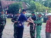 Gubernur Jateng Ganjar Pranowo, saat menyerahkan peralatan kerja, dalam pembukaan TMMD Reguler ke 98 TA 2017 di lapangan Pituruh, Rabu (5/4) - foto: Sujono/Koranjuri.com