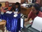 Dua perempuan belia ini terlibat pencurian di ebuah butik kebaya tempat mereka bekerja. Akhirnya keduanya harus berhadapan dengan pasal pencurian di Polsek Denpasar Barat - foto: Istimewa