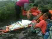 Tim Gabungan dari Basarnas dan Kepolisian Polda Bali melakukan evakuasi terhadap I Gede Tanu (55) dari lereng Gunung Agung - foto: Istimewa
